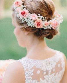Se você é fã dos casamentos ao ar livre bem rústicos e cheio de detalhes feitos à mão então você provavelmente vai se apaixonar por essa coroa de flores e pela estética Boho Chic.
