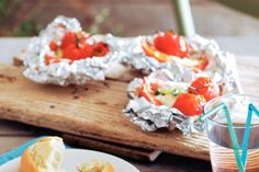 BBQ-en zonder vlees of vis saai? Helemaal niet! Met deze kleurrijke paprika-mozzarellapakketjes verras je je barbecuevrienden - Recept - Allerhande