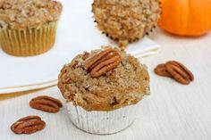 Pumpkin-Pecan Muffins a fun and delicious thing to do with all those pumpkins Pecan Pie Muffins, Streusel Muffins, Streusel Topping, Köstliche Desserts, Delicious Desserts, Dessert Recipes, Yummy Food, Breakfast Recipes, Fall Breakfast