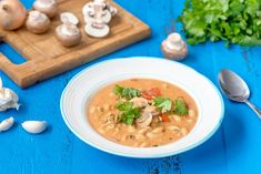 Juustoinen broileri-pastakeitto on upean makuinen ruoka, joka valmistuu nopeasti. Mikäli haluat valmistaa keiton jo hyvissä ajoin valmiiksi, voit valmistaa keiton pastaa vaille valmiiksi jo vaikka ed