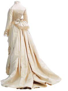 Dress in ivory silk, back view.  Charles Frederick Worth, 1875-1876.  Museo de la Moda.  Nº Inv.2002.59. a-b.