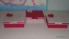 Trio de caixas de madeiras revestidas com tecido e decoradas com flor de fuxico.