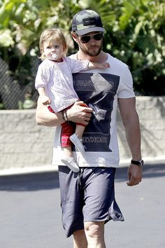 Chris Hemsworth has a day out with Daddy's Little Girl Daddy Daughter Dates, Men And Babies, Daddys Little Girls, Love You Baby, Famous Stars, Celebrity Babies, Celebs, Celebrities, Chris Hemsworth