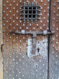 Ficic. cat Knobs And Knockers, Building Design, Doorway, Knock Knock, Gates, Locks, Door Handles, Hardware, Windows