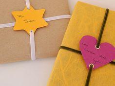 Andrea von Weißherz zeigt Dir in dieser Anleitung, wie Du Geschenke ganz einfach verschönern kannst. Diese bunten Geschenkanhänger sind ein echter Hingucker, einfach gemacht individualisieren sie Deine Geschenke. Viel Spaß beim Nachmachen.