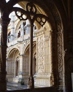 Lisboa, por si só, é um lugar encantador. Andar por suas ruas basta para ter um dia incrível. Mas alguns locais especiais merecem uma manhã ou uma tarde de visitas. O Mosteiro dos Jerónimos é um deles. Fica em Belém e vale cada minutinho que você passar dentro dele