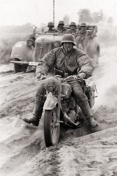 A Waffen-SS soldier of the Totenkopf Division trying hard to keep his DKW NZ 350 motorcycle upright in very deep and dry road. Operation Barbarossa, Soviet Union, summer ————————————————————— All copyrights belong to it's respective owners German Soldiers Ww2, German Army, Nagasaki, Hiroshima, Bomba Nuclear, Mg34, Enduro Vintage, German Uniforms, Ww2 Photos