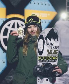 At the 2018 Winter Olympics, Chloe Kim became the youngest woman to win an Olympic snowboarding medal when she won gold in the women's snowboard halfpipe at the age of 17 years. Hailey Langland, Pro Snowboarders, Chloe Kim, 2018 Winter Olympics, Snowboarding Women, Winter Sports, Winter Snow, Skiing, Ski