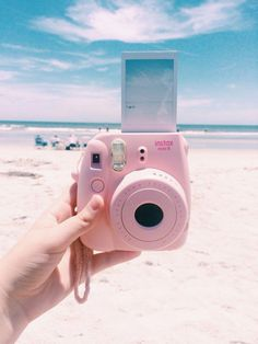 Rosa Polaroid am Strand // ♡ Interesse: Ashshila - Instax & more - Beach Aesthetic, Summer Aesthetic, Aesthetic Photo, Aesthetic Pictures, Instax Mini Camera, Fujifilm Instax Mini, Fuji Instax, Polaroid Foto, Pink Polaroid Camera