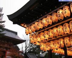 illuminati dalle lanterne giapponesi