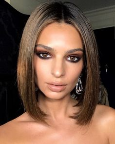 Not all brunette hair is the same — far from it! — which makes finding the right tone very important. Emily Ratajkowski's look is particularly stunning as it incorporates copper tones to match her warm brown strands. See: The shadow on her top lid ignites her highlights, while the bottom lash line brings out the darker brown in her roots and bottom layers.