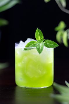 Gin Basil Smash - Moody Mixologist Easy Gin Cocktails, Cocktails For Parties, Spring Cocktails, Refreshing Cocktails, Classic Cocktails, Craft Cocktails, Summer Drinks, Cocktail Drinks, Cocktail Recipes