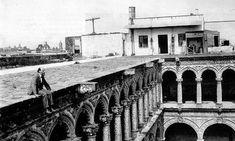 Dr Atl en la azotea del antiguo convent de La Merced, con las cúpulas de la iglesia a la distancia.