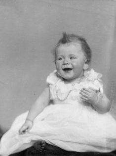 Childhood portrait of Queen Elizabeth II as a baby in December 1926 Princess Elizabeth, Princess Charlotte, Queen Elizabeth Ii, Princess Diana, Casa Real, Windsor, Prinz Philip, Queen 90th Birthday, Margaret Rose