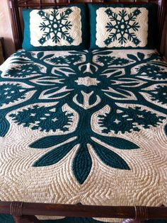 Vintage HAWAIIAN Green and White Queen Size Quilt and Shams