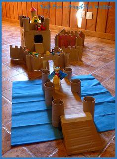 """Cardboard castle with """"duplo"""" pieces / Castillo de cartón con muñecos de """"duplo"""" / Schloss aus Karton mit """"Duplo""""-Figuren"""