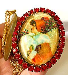 Vintage Christmas Jewelry: Red Rhinestone Lady Cameo Locket Necklace (Image1)