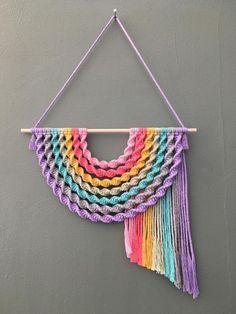 Macrame Design, Macrame Art, Macrame Projects, Macrame Knots, Macrame Wall Hanging Patterns, Macrame Patterns, Quilt Patterns, Deco Boheme, Rainbow Wall