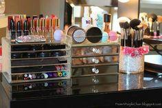Organizacion de maquillaje, brochas, bisutería.