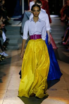 The complete Carolina Herrera Fall 2018 Ready-to-Wear fashion show now on Vogue Runway. Fashion 2018, Look Fashion, Runway Fashion, Fashion Outfits, Womens Fashion, Fashion Design, Fashion Vestidos, Fall Fashion Trends, Fashion Show Collection