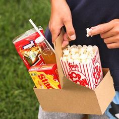 Serve drinks for lunch, a picnic, or a movie night in these kraft paperboard drink carriers. Each carrier holds 2 beverages.  And this will rock your world - th