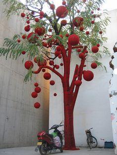 Once barely heard of, yarn bombing, a type of knitting graffiti, is finally creeping more and more into the spotlight. Knit Art, Crochet Art, Graffiti Kunst, Street Art, Color Street, Urbane Kunst, Graffiti Designs, Red Tree, Cherry Tree