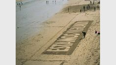 Daniel García Andújar. Estamos vigilando, 1994. Intervención en espacio público, imagen de la playa de La Concha, San Sebastián. Medidas variables. Cortesía del artista