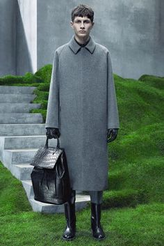Balenciaga unveiled its Fall/Winter 2015 collection during Paris Fashion Week. Future Fashion, Live Fashion, Fashion Show, Fashion Design, Fashion Moda, Mens Fashion, Christmas Party Outfits, Trend Council, Balenciaga Mens