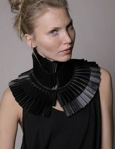 Pleated Collar - black accordion neck piece with layered pleats - fabric manipulation for fashion // Fernanda Pereira Chest Piece, Neck Piece, Leather Accessories, Fashion Accessories, Gothic Accessories, Leather Jewelry, Fabric Manipulation Techniques, Swarovski, Pleated Fabric