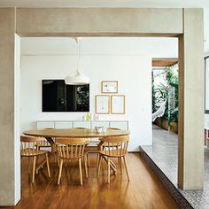 Сан-Паулу квартира столовая с местными деревянными полами и сеном стульев