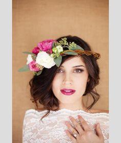 Cabelo apanhado com coroa de flores. #casamento #penteados #noivas