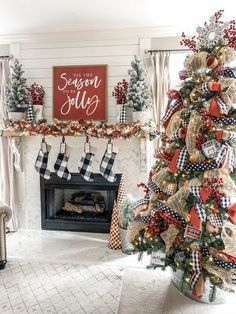 Best Christmas Tree Decorations, Unique Christmas Trees, Christmas Mantels, Christmas Themes, Christmas Fun, Christmas Bedroom, Christmas Kitchen, White Christmas Party Theme, White Christmas Garland