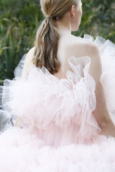 See the details from Giambattista Valli's Fall 2017 haute couture collection.