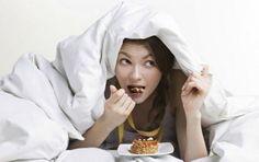 7 alimentos a evitar por la noche para no engordar - 7 alimentos a evitar por la noche. Algunos alimentos no solo suman calorías innecesarias, contraproducente para mantener tu peso ideal, sino que también pueden resultar indigestos e interferir en tu sueño. Toma nota.