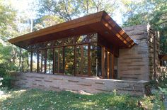 Recently I spent a weekend at the Seth Peterson Cottage, a Frank Lloyd Wright house near Lake Delton. It was my second overnight visit, my first having been in about a year after the cottage … Prairie Style Architecture, House Architecture Styles, Modern Architecture, Frank Loyd Wright Houses, Frank Lloyd Wright Style, House Near Lake, House Plans With Photos, Usonian, Cottage Homes