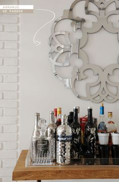 coluna-triplex-mesa-bar-03 Arranjos de parede destacam a área do bar. Um espelho bonito ou um belo quadro são algumas das opções:
