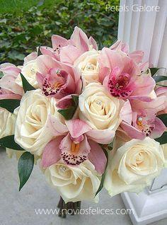 Elegante ramo de novia con orquídeas , rosas y alfileres de cristal