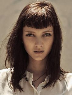 coiffure avec frange, une frange droite courte, cheveuxlongs