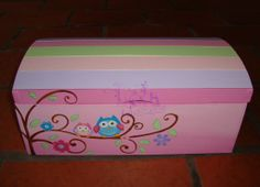 Lola Artesanías: Baul tipo cofre con rama con buhos Baby Girl Gifts, Toy Boxes, Keepsake Boxes, Toy Chest, Painted Furniture, Storage Chest, Diy And Crafts, Owl, Country