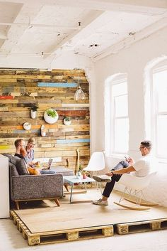 季節にとらわれない自由感が好き!明るいカリフォルニアスタイルの家 ... 物流用の木製パレットを利用したリラックス空間。パレットを置いてコンパネを敷くだけで他のフロアーとは違ったコーナーが生れました。シャビーにペイントした壁板も ...