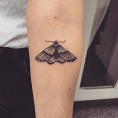 Tatuagem criada por Vanessa de Vancouver. Borboleta em blackwork no braço.