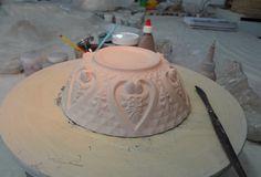 www.ceramika.com.br Bone china é uma porcelana fina que contem osso em pó, muito branca e delicada, apesar de sua boa resistência.