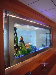 Une décoration d'aquarium tableau sur mesure  avec des finitions soignées qui aménage votre intérieur en ouvrant les espaces.