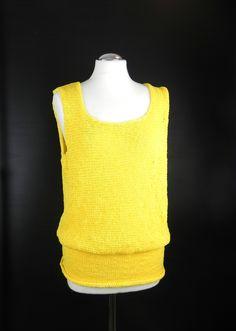*gestricktes Top in fröhlichem Gelb*  *mit breitem anliegendem Bund*  *oberhalb des Bundes locker fallend*  *handgearbeitet aus luftig leichtem Baumwollbändchen*  *tolles sonniges...