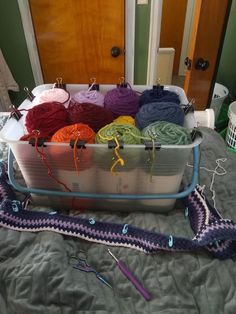 Just started my 2019 temperature blanket, and I came up with this cute yarn organizer for it. The binder clips work like yarn bowls, and the yarn goes in a clockwise circle in temperature order : crochet Yarn Projects, Knitting Projects, Crochet Projects, Yarn Organization, Diy Yarn Organizer, Crochet Organizer, Organizing Life, Crochet Crafts, Crochet Yarn