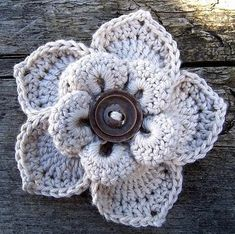 If you visit Innovart en Crochet you can find the pattern to make one for your very own. Note: The website is in Spanish, but there is a nice little crochet pattern diagram to help you out, and some other flower patterns as well. Love Crochet, Crochet Motif, Crochet Stitches, Knit Crochet, Crochet Baby, Crochet Appliques, Crochet World, Beautiful Crochet, Knitted Flowers