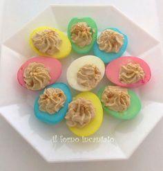 le uova sode colorate arricchiscono di colore le tavole di Pasqua. Semplici e divertenti da realizzare. Provare per credere!