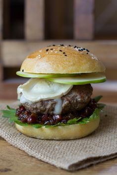 Bacon Jam Burger mit Apfel und Ziegenkäse [Sponsored Post]
