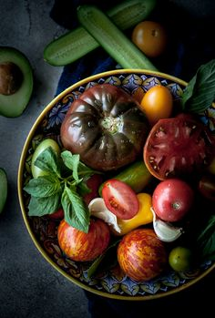 This heirloom tomato and avocado gazpacho is made with fresh tomatoes, cucumbers, and made extra creamy with the addition of avocado. Summer in a bowl! Heirloom Tomatoes, Fruits And Veggies, Soups And Stews, Healthy Dinner Recipes, Food Photography, Food Porn, Food And Drink, Vegetarian, Cauliflower Soup