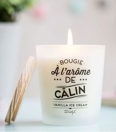 Une bougie à l'arôme de câlin qui diffuse une douce odeur vanille ice cream pour vous envelopper dans un moment cocooning unique.